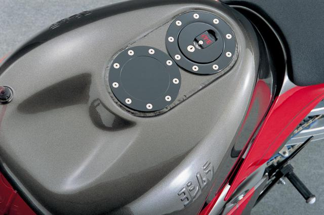 画像: 18→24ℓへと6ℓ容量を拡大したアルミタンクは、クイックチャージャーに対応するレース用フィラーキャップを装着することもできる。
