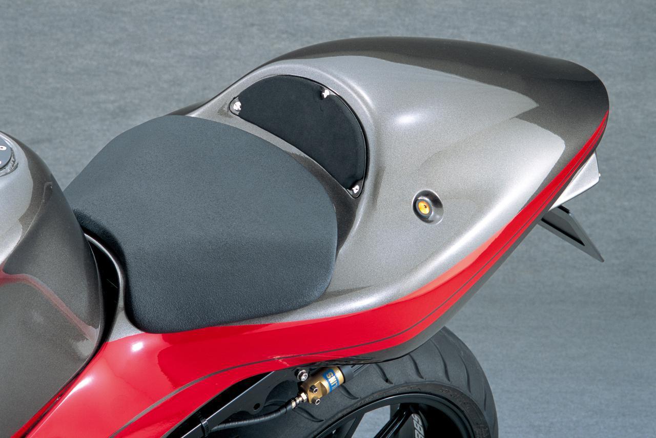 画像: シングルシートは、スポンジのみではなく緩衝材+表皮の構成だ。
