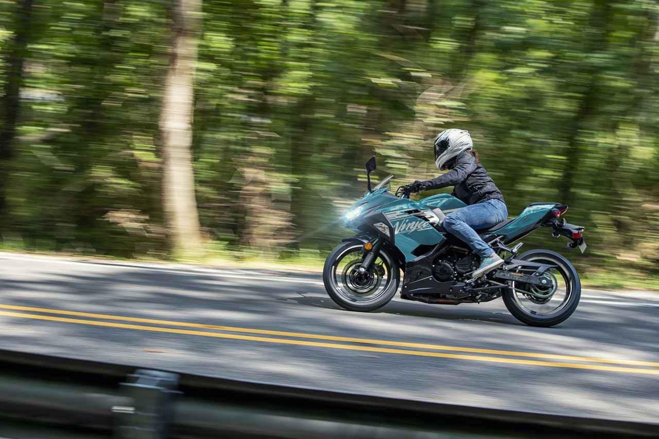 画像: Kawasaki Ninja 400 カラー:パールナイトシェードティール×メタリックスパークブラック
