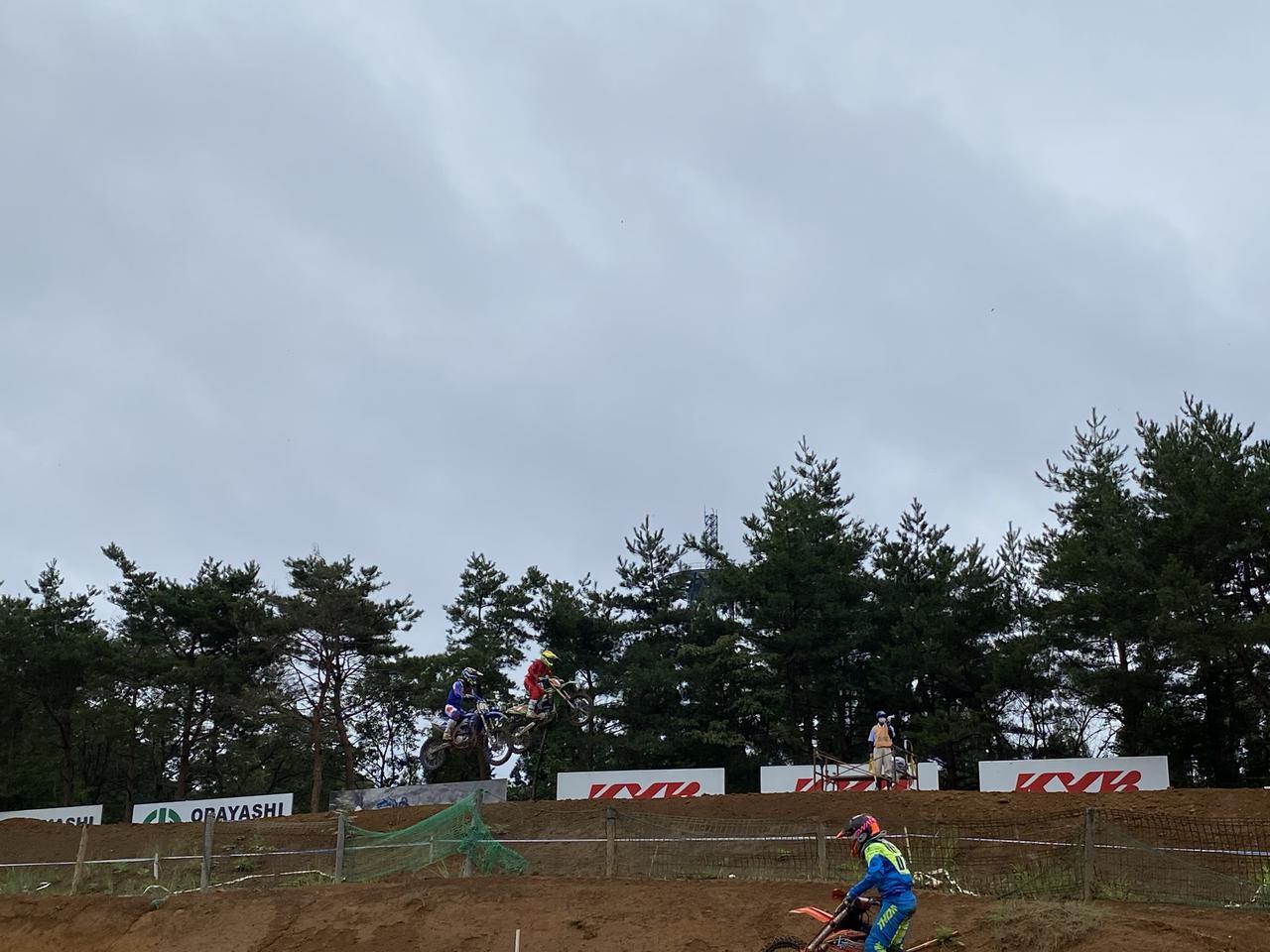 画像: 後ろの2台がKYBジャンプを飛んでいて手前の選手がルンバルンバ走行中です。