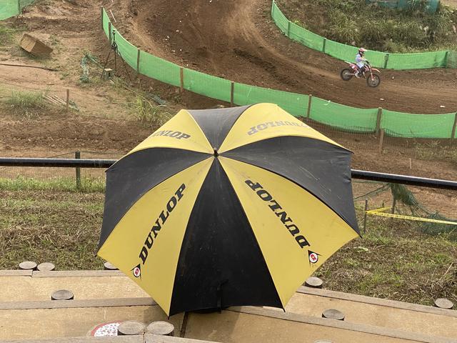 画像: ダンロップの傘をさしながら観戦していましたよ!