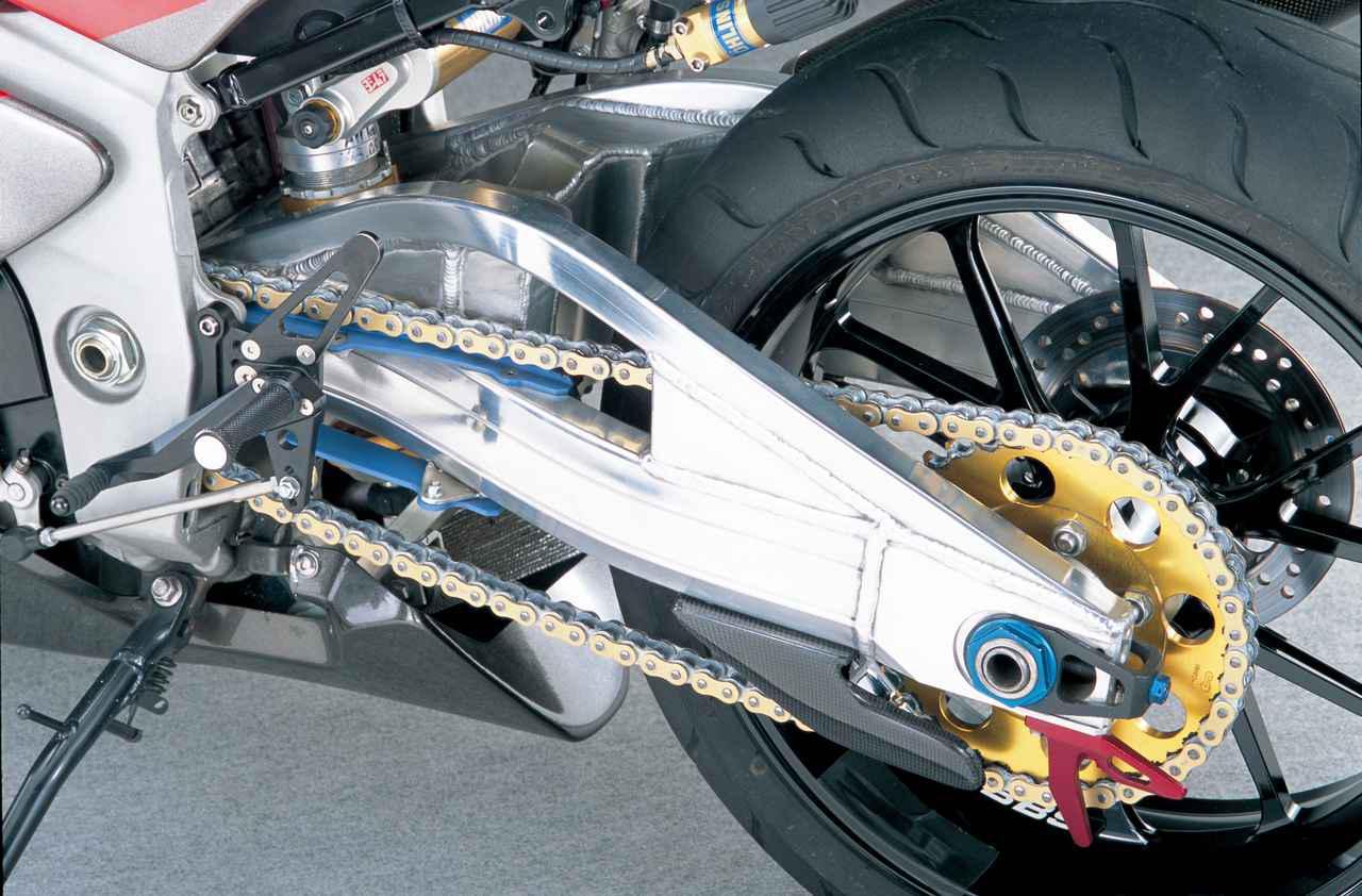 画像: 撮影車が当時装着するアルミスイングアームはGSX-R750のレースキットパーツだが、この外観を踏襲するものを自社で製作する予定とのことだった。フロントと同製法/銘柄のホイールは、STDに準じて6.00╳17とされる。装着タイヤはD208の190/50ZR17。アファムのリアスプロケットは純正と同じ42Tとされ、2.471(17/42)の2次減速比に変更はない。
