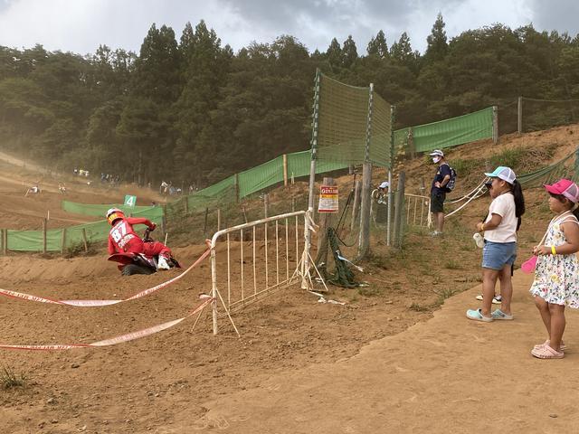 画像: コーナーなので砂埃も凄い!!!! 小さい子供達も近くで観て楽しんでいました。