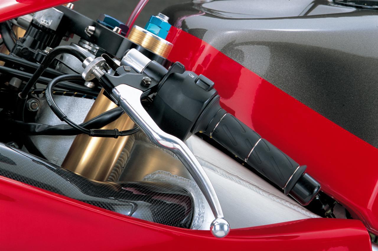 画像: フロントブレーキのマスターシリンダーは、ニッシンのラジアルポンプに換装される。