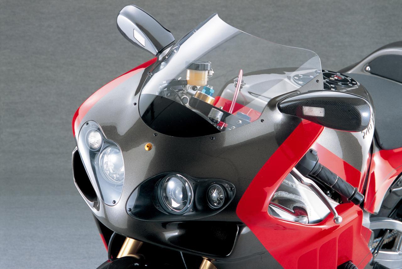 画像: ヘッドライトは大と小を2個ずつ組み合わせた4灯式で、手前にある2個にHIDを採用してロービームに、奥の2個をプロジェクターないし一般的なハロゲンとしてハイビームに使うなどのアイディアもあるが、撮影当時は前述以外を含めて使う装置や点灯させる方法を検討中ということだった。ウィンカーは、カーボン製ボディのバックミラー前面に埋め込まれる。