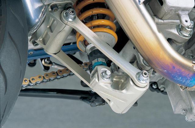 画像: アルミ削り出しで製作したリンクとショックの自由長の延長により、テールをわずかに上げているという。