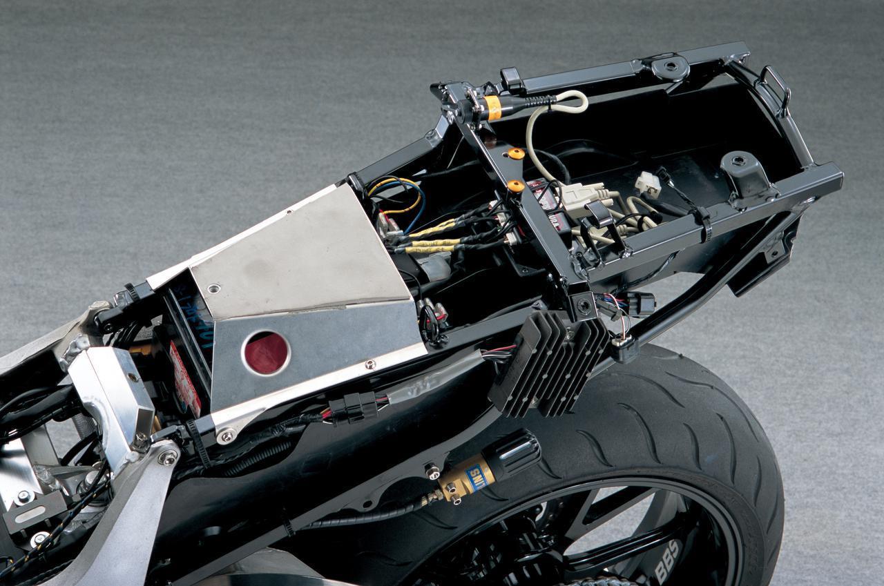 画像: シートレールは、ハヤブサのスタンダードのものを基として、荷かけフックなどを切断したうえ、シートカウルを受けるためのアルミプレートを前側に新設している。