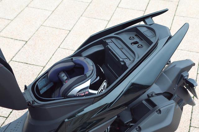 画像: ヘルメットを収納してもまだ余裕のあるトランクスペース。コンパクトな車格を考えれば、実用性も非常に高いレベルにある。