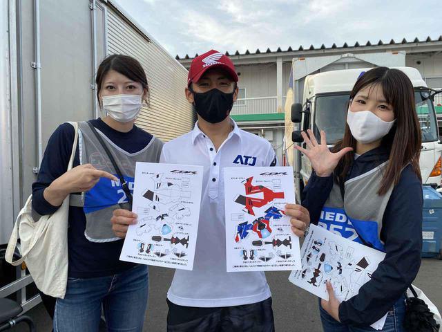画像: Team ATJからJSB1000に参戦する岩田 悟 選手もエントリー。「子供(4歳)と一緒に作ります!」と語っていましたが、たぶん4歳には難しいと思います…。ちなみに、ペーパークラフトの展開図を、パドックで配っていたのはこの2人(左:大関さおり、右:梅本まどか)