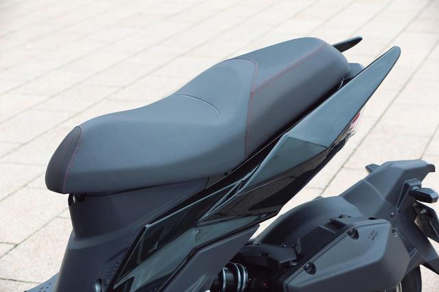 画像: 肉厚でホールド性に優れるシートはスポーツランも余裕。グラブバーは大型のものを左右に装備している。
