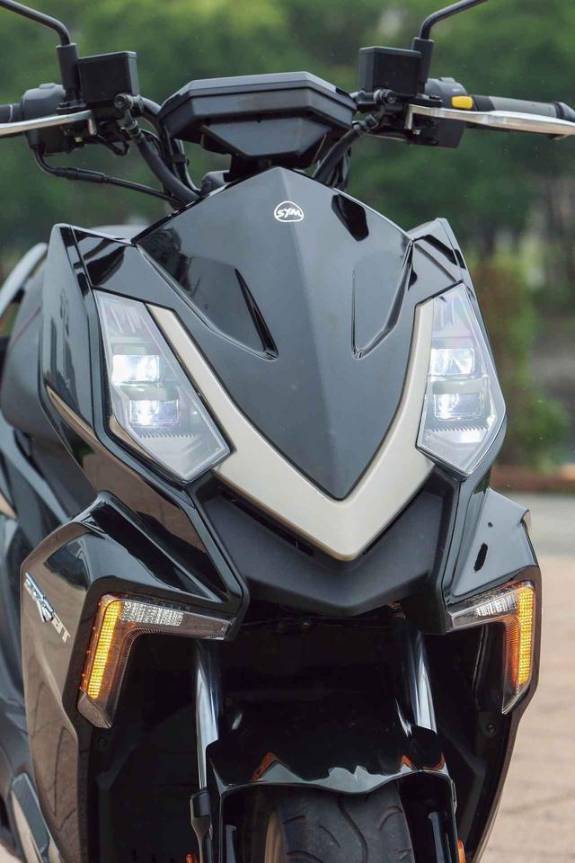 画像: 独特な配置のLEDヘッドライトが醸し出す表情は独創的。日本のメーカーにはないデザインが大きな魅力だ。