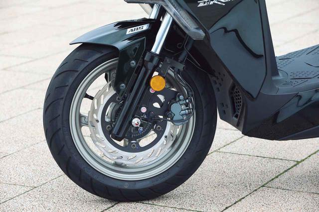 画像: タイヤは前後13インチ。ブレーキは260mm径ローターを採用し、スポーティな走りに見合った強力なストッピングパワーを実現。