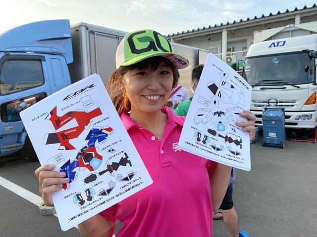 画像: J-GP3クラスで熱い走りを見せてくれた岡崎静夏選手も参戦。「こういうの苦手なんだよなぁ、弟にやらせよ」と語っていましたが…。
