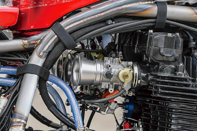 画像: 基本設計がRCM USA A16に準じることから、燃料供給はPAMSの協力を得たFIとした。スロットルボディはZX-10Rのφ43mmで、シリンダーヘッドにダイレクトに固定できるようインテークマニホールド部を肉盛り溶接/成型。弱ダウンドラフト的にマウントして吸気効率向上も狙ったという。