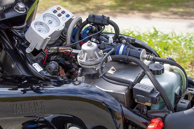 画像: タンクカバーを外すとノーマルのエアクリーナーボックスの代わりに過給吸入気を滞留させるサージタンクや燃料ポンプが見える。