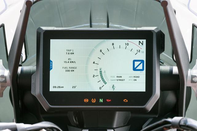 画像: 6.5インチサイズという大型の液晶メーターパネルは、アンチグレア加工や輝度の自動調整機能などにより直射日光下でも優れた視認性を発揮する。スピードや回転数、燃料残量といった基本的な表示に加えて、外気温、油温、バッテリー電圧、トリップメーターなどの多彩な情報、そして各種のライディングモードの状態や設定などにも使用される。