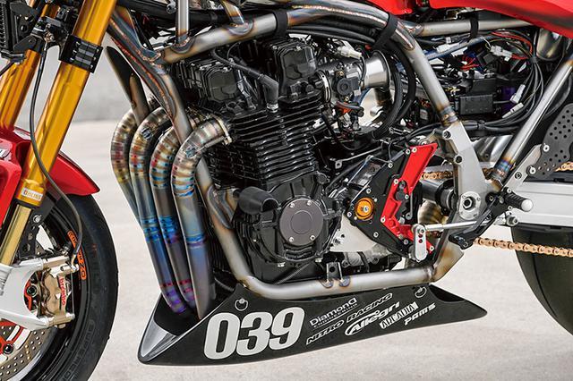 画像: 最大のこだわり、DOHC2バルブ空冷4気筒のKZ系エンジン。パワーは元より耐久性にも配慮した。クランクケースはKZ1000ST。クランク/シリンダー/シリンダーヘッドはGPz1100で、ピストンはアニーズ製ゼファー1100用鍛造品を加工したφ77mm(ストローク66mm)品による1229cc。ほかにもロングアウトプットシャフトや、サンクチュアリーコウガによるエヴォシステム+6速クロスミッションも搭載。油温と油圧の安定化を狙って開発中だったトロコイドローターオイルポンプも組み込まれ、全開連続走行の中でも好感触を経て市販された。