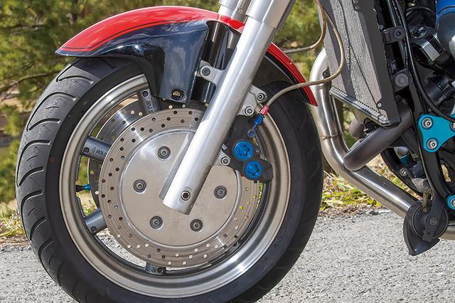 画像: ロイヤルスター流用(ブレーキキャリパーはヤマハ他機種用スミトモ4P)のフロントまわりは、ハンドル切れ角確保など小加工を施した上で装着されている。