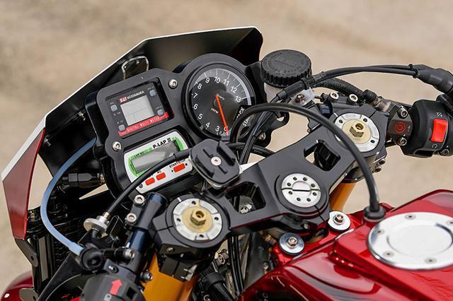 画像: ステアリングステムはスカルプチャーのA16R専用・倒立フォーク対応品。メーターは右にSTACK製エンジン回転計、左にヨシムラマルチメーターとラップタイマーを配置。メーターバイザー下にオイルクーラーを置く。フロントマスターシリンダーはブレンボ製。