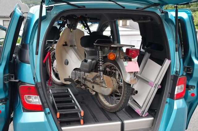 画像: フリードスパイクにスーパーカブを積んでみるとこんな感じ。