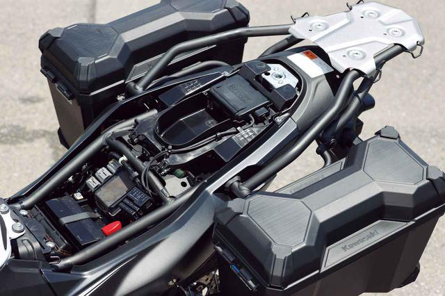 画像: アルミ製リアキャリアは4個のラゲッジフックを装備。上面の高さをシートと合わせている。