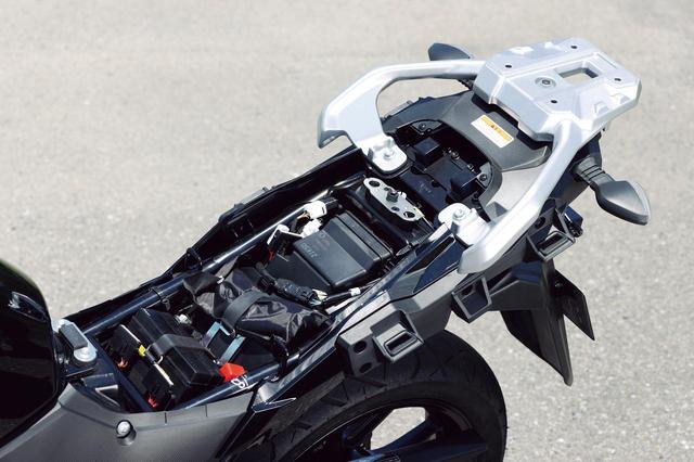 画像: フックを備えたアルミ製リヤキャリアを標準装備。パッセンジャーのグラブバーにもなる。