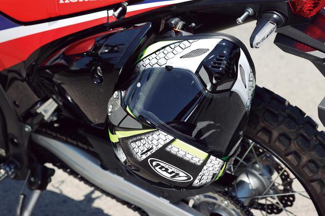 画像: 荷掛けフックのほかヘルメットホルダーも標準装備し、ユーティリティに優れるのも嬉しい。