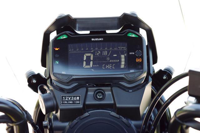 画像: バーグラフ式のタコメーターを上部に配し、速度やギア段数、時計を大きく表示した機能的なメーター。