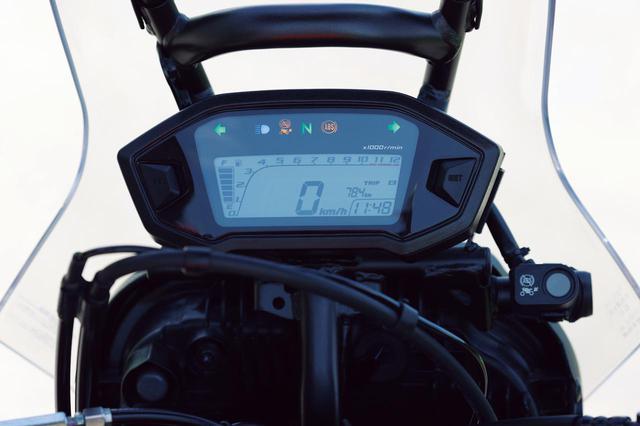 画像: バーグラフ式のタコメーターや燃料計、オド、トリップ、時計を表示する機能的なデジタルスピードメーター。