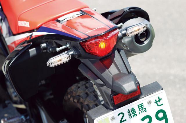 画像: ウインカーは細身のLED、テールランプはオーソドックスな電球タイプ。荷かけフックも備わる。