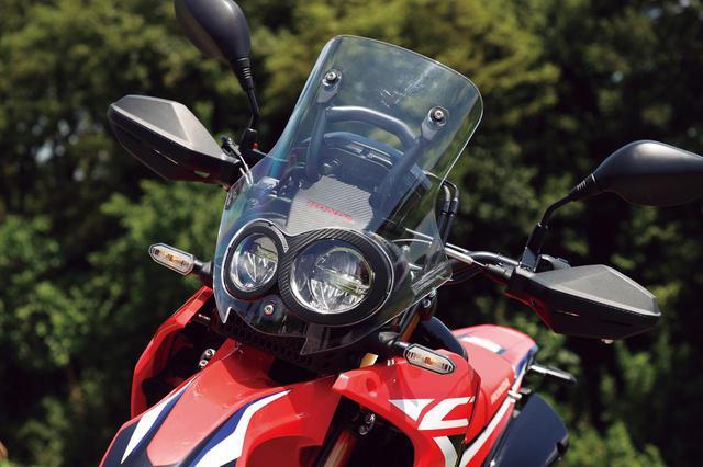 画像: カーボン調のライトケースに収められた左右非対称の二眼LEDヘッドライトが独創的。