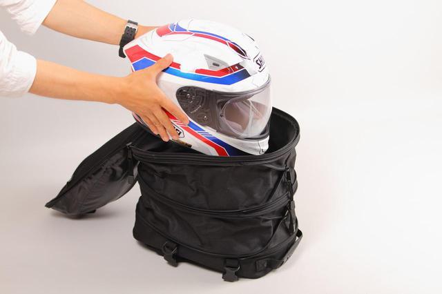 画像: フルフェイスヘルメットも収納可能! デグナー「容量可変シートバッグ NB-50A」 - webオートバイ