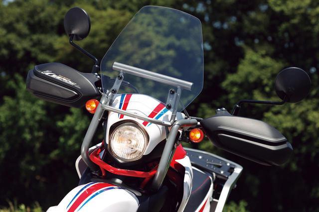 画像: ツーリングセローでは、高い防風効果を発揮するウインドスクリーンとナックルガードを装備。