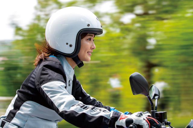 画像: 視界の良さと帽体の軽さで開放感、快適性は抜群。実際の着用時は目を保護するためにサングラスかゴーグル、シールド装着をお勧めする。