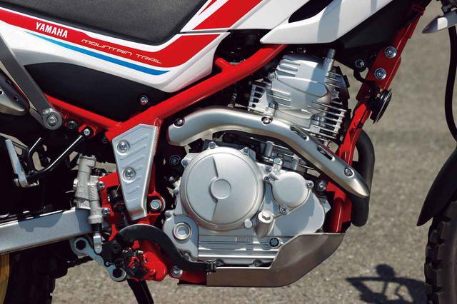 画像: SOHC2バルブ単気筒は4車中唯一の空冷式。クランクケース下にアルミ製ガードを備える。