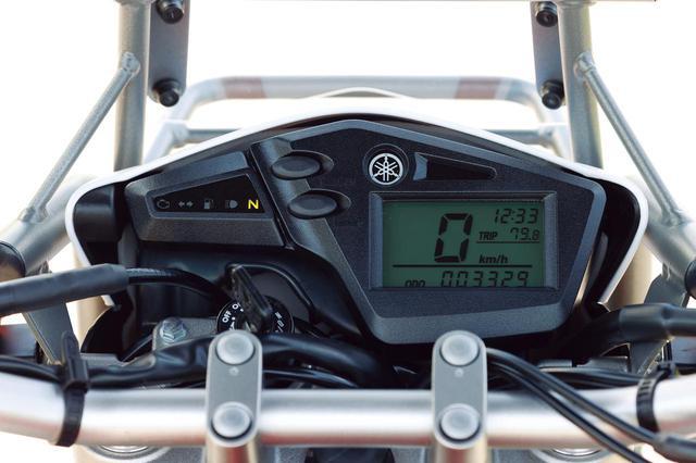 画像: 速度を大きくデジタル表示するシンプルなメーター。時計、ツイントリップ機能付きでバックライトはグリーン。