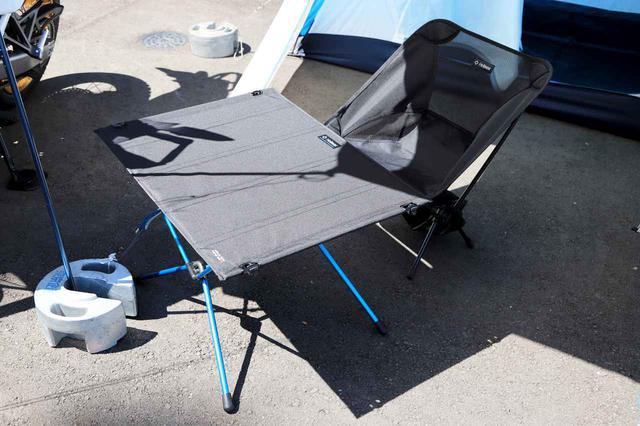 画像: テーブルとチェアはモンベルが取り扱う人気ブランド「ヘリノックス」のもの。