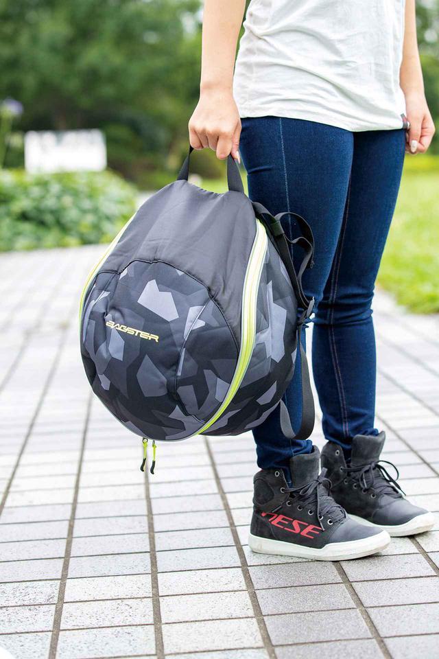 画像: ヘルメットをむき出しで持ち歩いていると不審な目で見られることがあるが、バッグに収納すれば公共交通機関に乗るときもスマートだ。