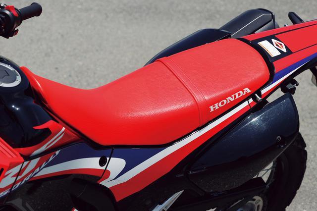画像: オフ車らしい凹凸の少ない滑らかでスリムなシート。自由度が高く、尻が痛くなっても着座位置を変えて凌げる。