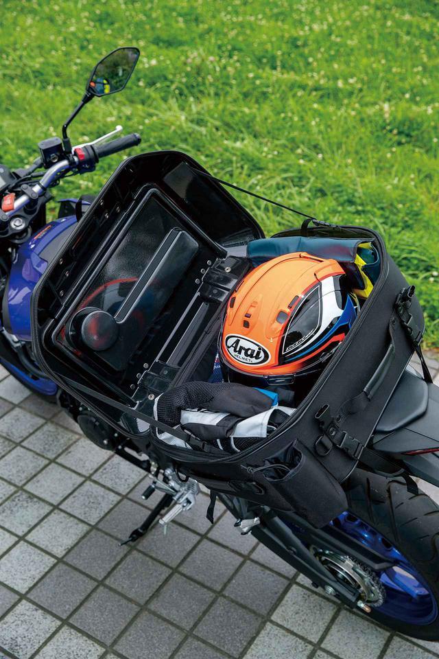 画像: バッグの高さはヘルメットがギリギリ収まる程度。容量45Lなので食材やコッフェル、コンロ、ランタンなどを入れてもまだ余裕あり。