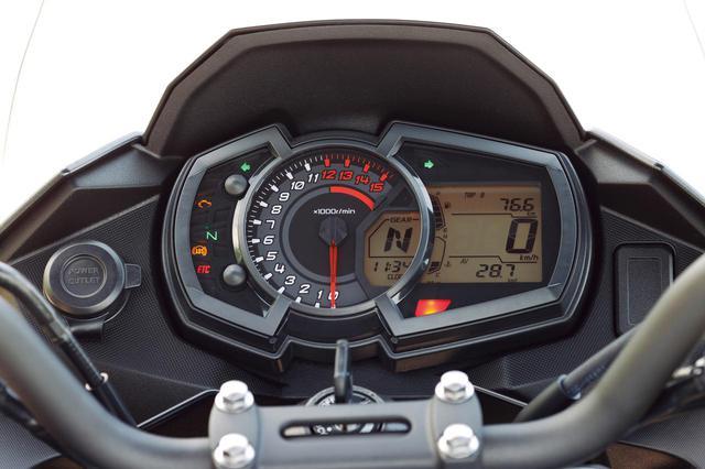 画像: 指針式タコメーターを中心に、多機能液晶スクリーンと組み合わせたスタイリッシュなインストゥルメントパネル。