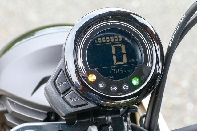 画像: モンキー125のものに近い丸形ケースを採用した反転表示のデジタルメーター。燃料計とツイントリップを表示する多機能タイプだ。