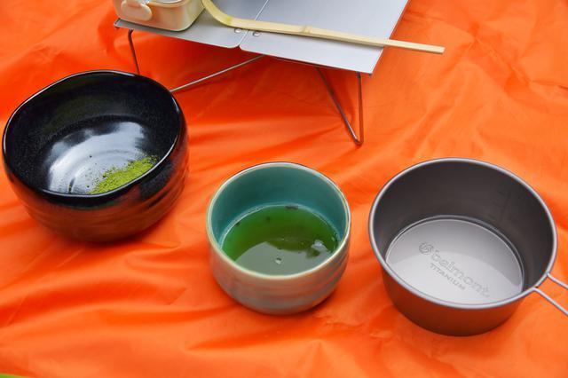 画像: 茶杓で二杯分ほどお茶の粉を入れます。そしたら熱湯を70ccほど注ぎます。