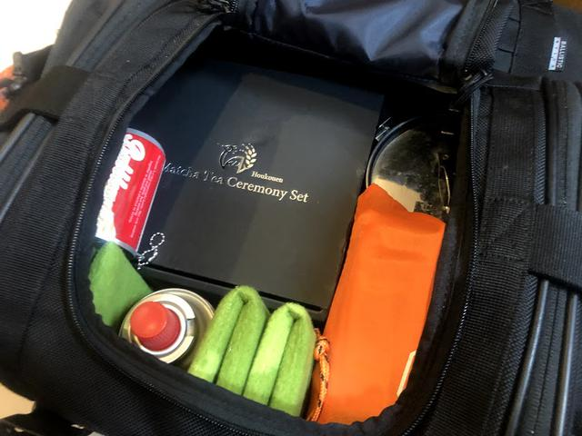 画像: 赤いチビ缶みたいなのは、セリアで買ったウエットティッシュ。
