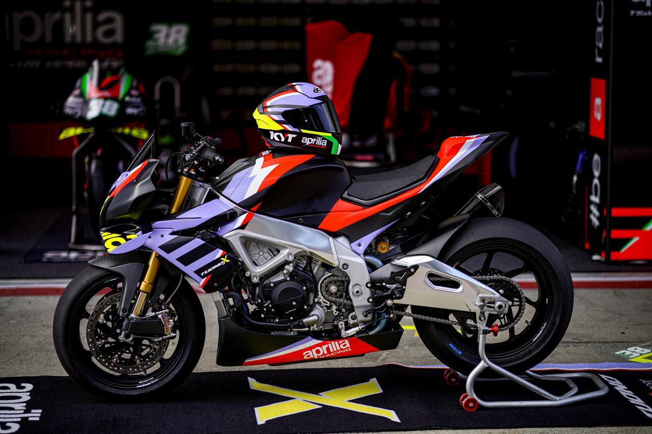 画像: 購入者はアプリリアレーシングから直接商品を受け取り、同時にノアーレのレース部門を見学し、バイクのグラフィックにインスピレーションを得た専用のKYT NX レースヘルメットを入手できるそうです。