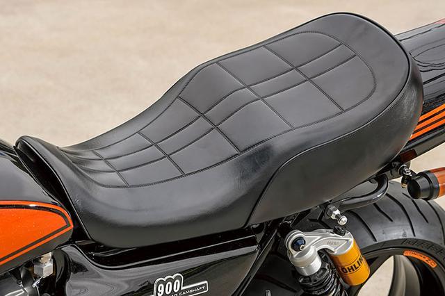 """画像: シートはデイトナCOZYシートの""""RCMコンセプト""""。RCM用に作られたフォルムを追求しつつ、COZYシートの持つ内部ウレタン特性を組み合わせることで、ライディング時の座り心地や疲労低減も実現したコラボレート製品だ。"""