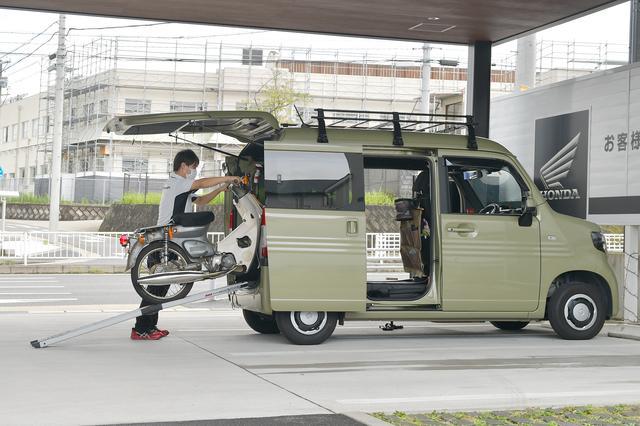 画像: そうそう、積み込みモデルはホンダドリーム名古屋守山店の伊藤店長さん。バイク好きで親しみやすい人柄が魅力。あ、210cmももちろん余裕でした。