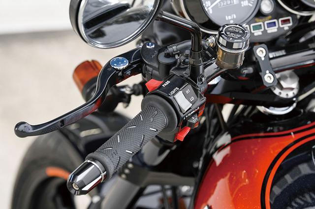 画像: クラッチは駆動をノーマルのワイヤから油圧に変更。ステムは17インチ化に合わせてスカルプチャー φ43 SPステムキット TYPE-1(バーハンドル用/フラットトップ)を使う。フォークオフセットは[純正値:60→]35mmとなる。