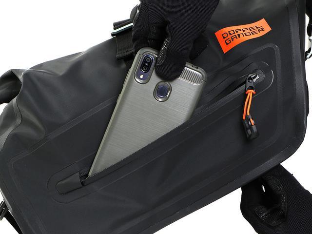 画像: バッグの外側には止水ファスナー付きのポケットを搭載。このポケットは構造上、完全防水ではないものの便利。
