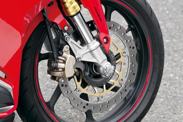 画像: ブレーキはウェーブ形状のφ310㎜でキャリパーは2ピストン。ABSの有無が選べ、リアブレーキはφ240㎜。